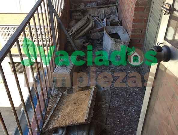 limpieza de hollin provocado por el fuego en una terraza