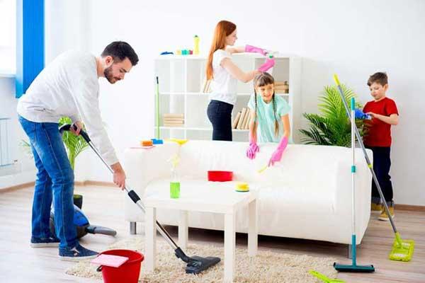 Familia limpiando casa vaciados y limpiezas - Como limpiar una casa ...