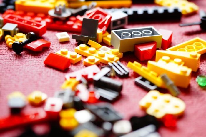 Organizar los juguetes en el trastero