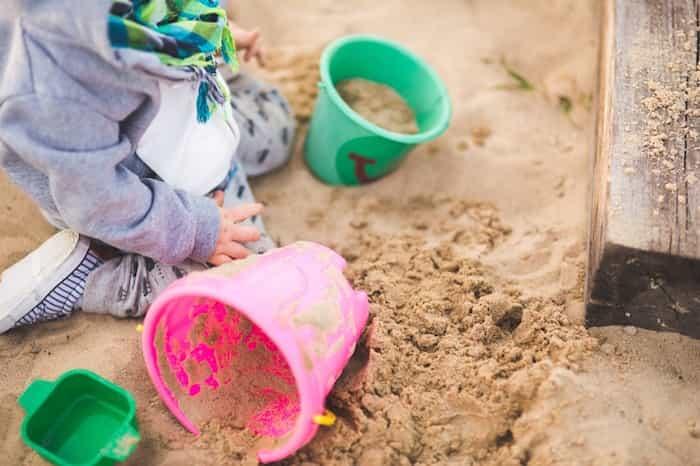 Limpiar un arenero de niños
