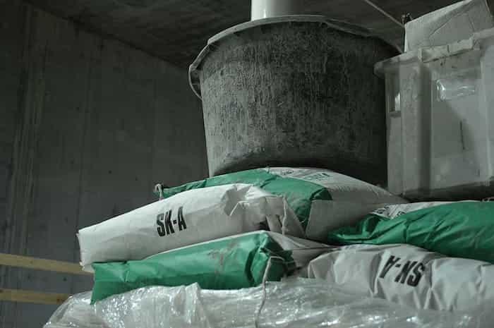 Limpiar los residuos y barro después de la inundación