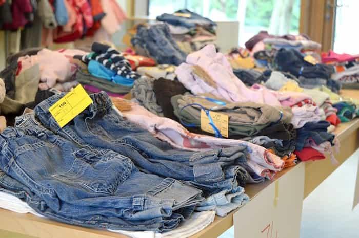 Reutilización de ropa vendiéndola de segunda mano