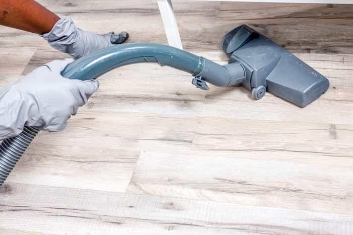 Desinfectando y limpiando un piso de alquiler