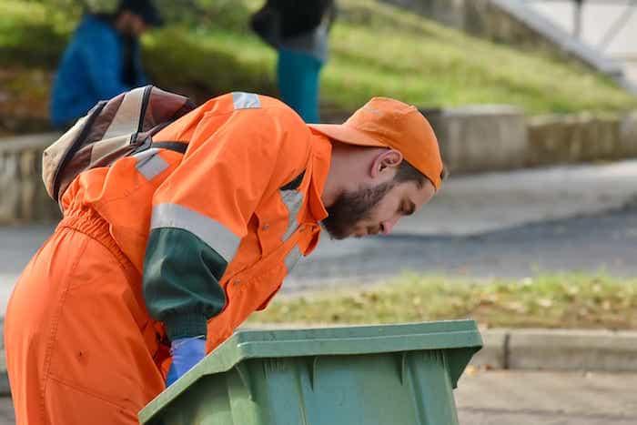 Realización de la limpieza de la zona externa del lugar de trabajo