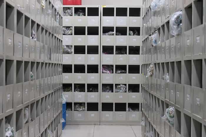 Trastero ordenado en estanterías de metal