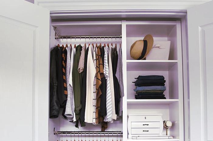 Armario de ropa ordenado y limpio