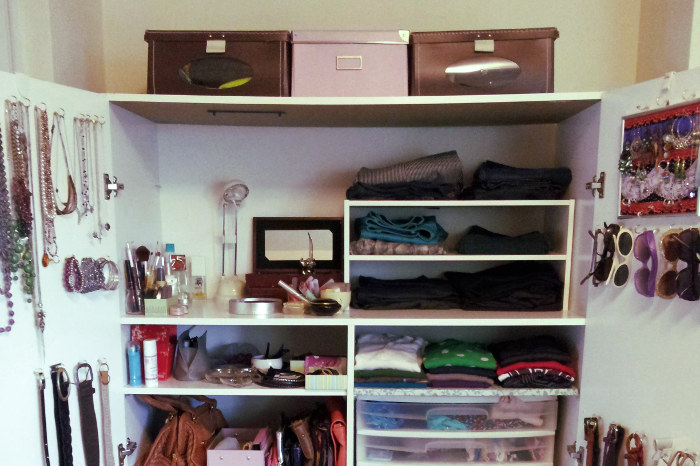 Armario de casa organizado