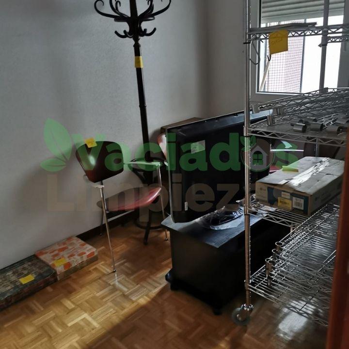 Imagen en detalle del vaciado de una vivienda con diógenes en Madrid