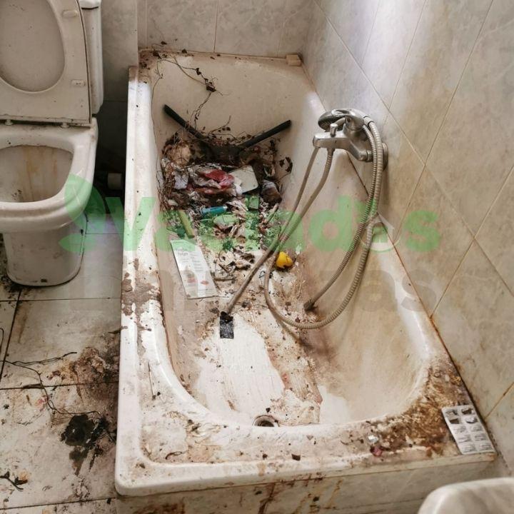 Imagen de bañera llena de suciedad en el vaciado de un inmueble por problemas de Diógenes