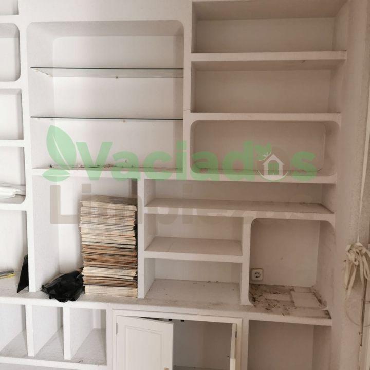 Vaciado de estanterías y muebles en la calle Larra de Madrid
