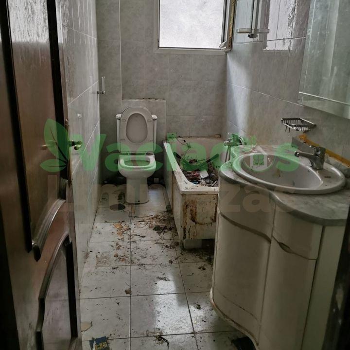 Detalle de baño lleno de trastos y enseres con mucha suciedad antes de proceder al vaciado de la vivienda