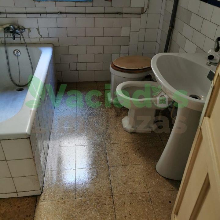 Imagen del estado del baño después del vaciado del inmueble