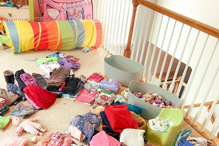 Cosas de niños acumuladas en en cas