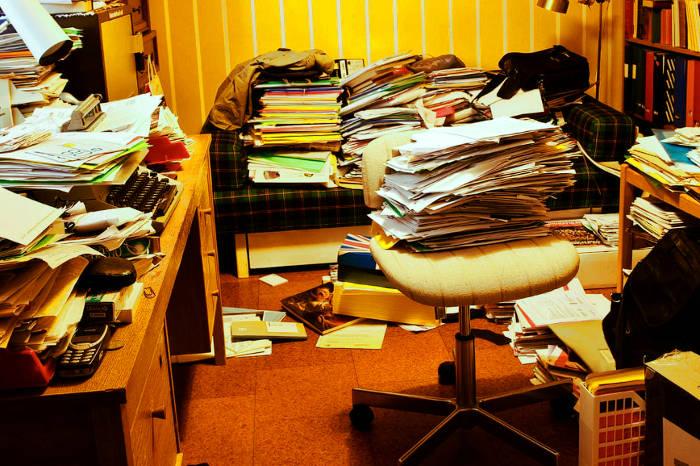 Papeles y objetos acumulados en una habitación de casa
