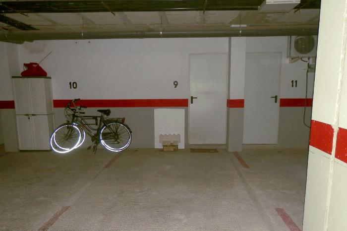 Plaza de garaje con enseres