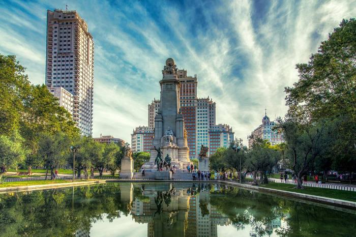 Plaza de España en Madrid con sitios para dormir