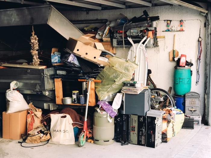 Enseres de un inquilino abandonados en el garaje