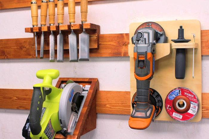 Herramientas almacenadas en casa con un sistema para colgarlas
