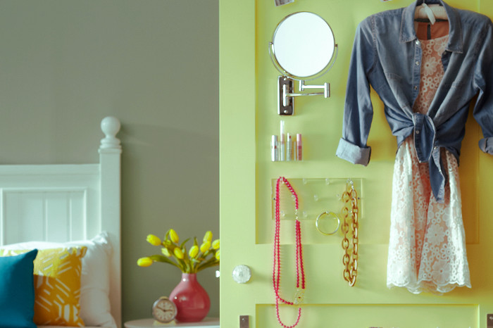 La puerta usada para almacenar ropa en un espacio pequeño